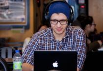 Junger Mann am Mac