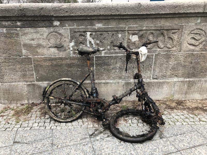 Gestürzter Fahrradfahrer im Winter