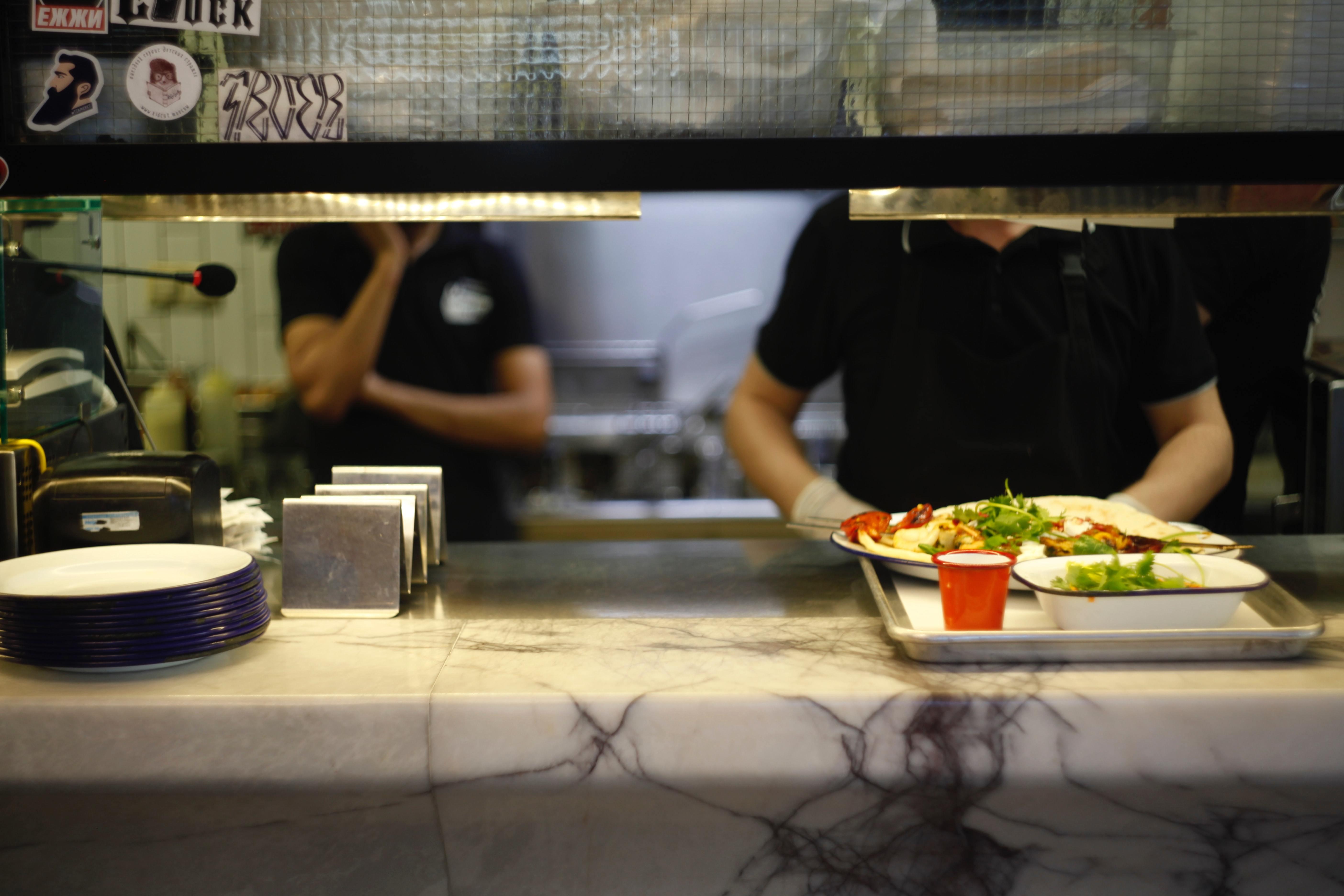 Mit Kantinen-Preisen ist es schwer zu konkurrieren. Nicht selten bekommst du für wenige Euros eine vollwertige Mahlzeit samt Salat. Definitiv eine Alternative zum Kochen, aber nicht immer!