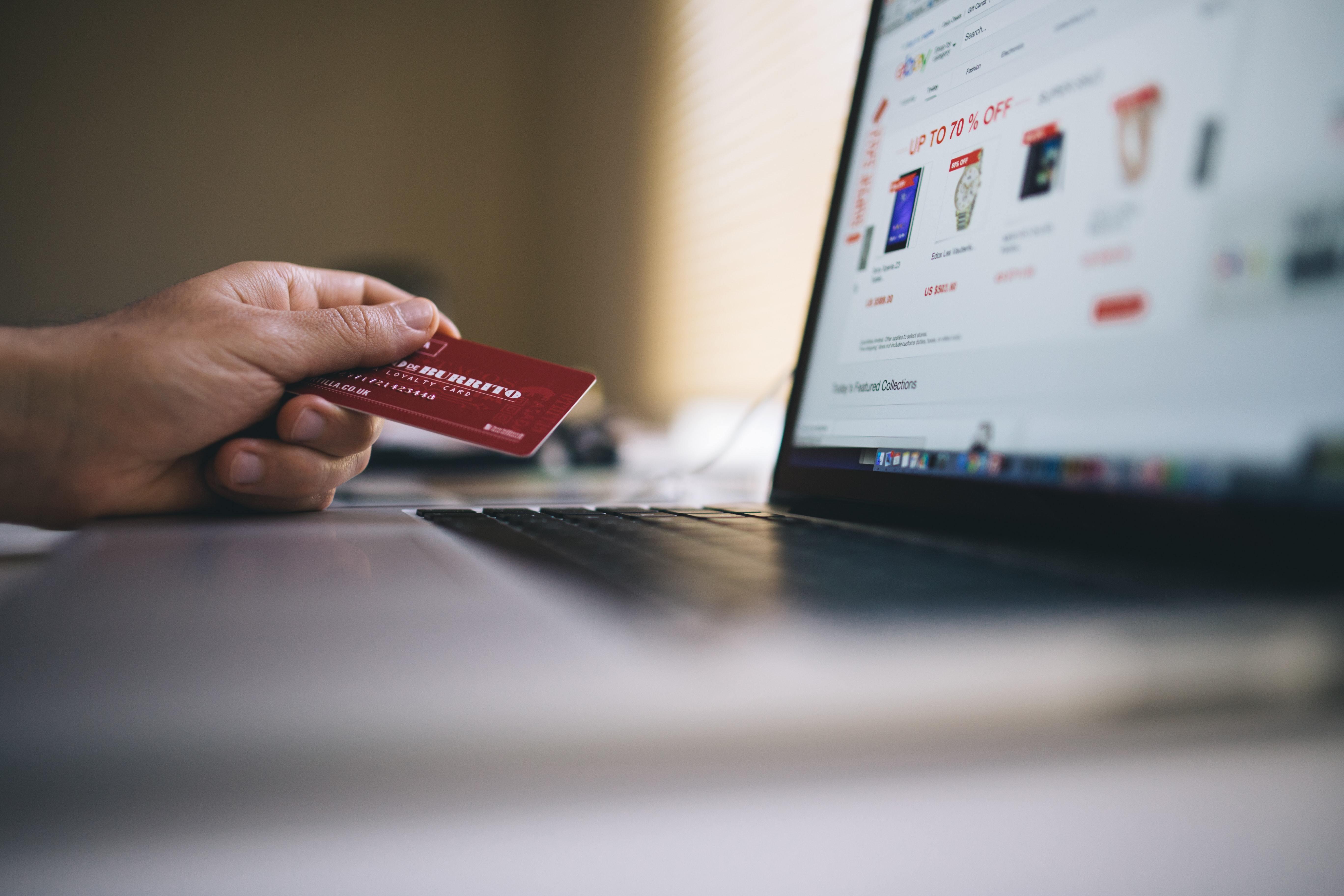 Bezahlst Du mit Kreditkarte, musst Du meist länger auf dein Geld warten.