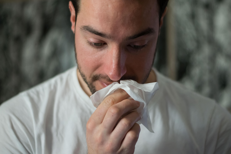 Wenn du wirklich krank bist, hast du die Pflicht, zu Hause zu bleiben. Gehst du trotzdem ins Büro, hat dein Arbeitgeber die Pflicht, dich heim zu schicken.
