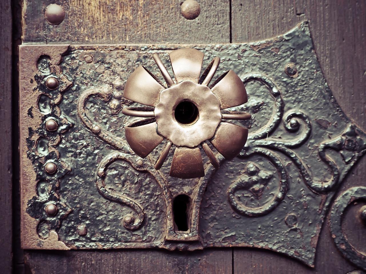 Türschloss: Du hast das Recht das Schloss deiner Wohnungstür gegen ein anderes austauschen, auch wenn der Mietvertrag das ausschließt. Beim Austausch vermeide aber Beschädigungen an der Tür und achte darauf, dass es das neue Schloss mindestens genauso sicher wie das alte ist.