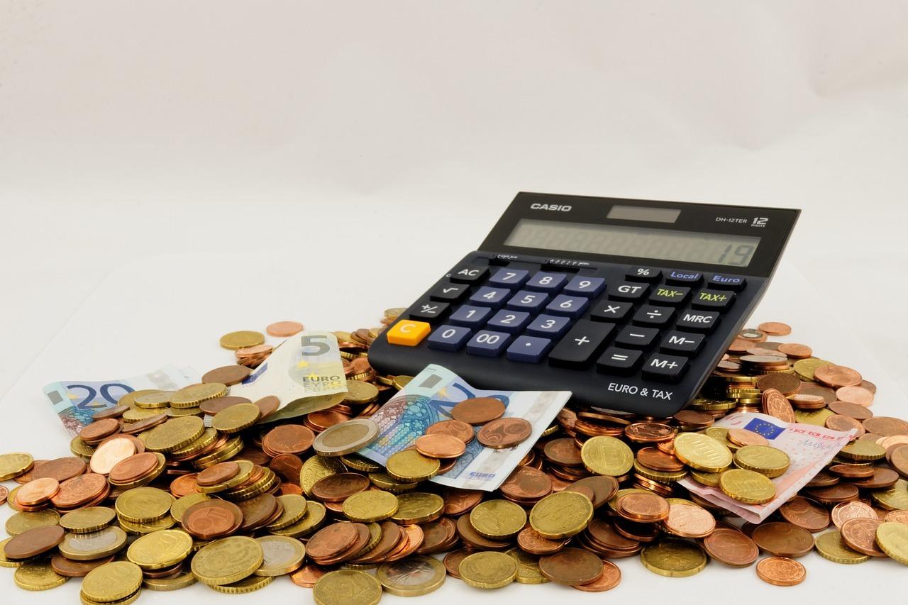 Grundsteuer: Dafür, dass du eine Immobilie besitzt, musst du ebenfalls Steuer zahlen. Wie viel? Schwer zu sagen, die Berechnung ist kompliziert.