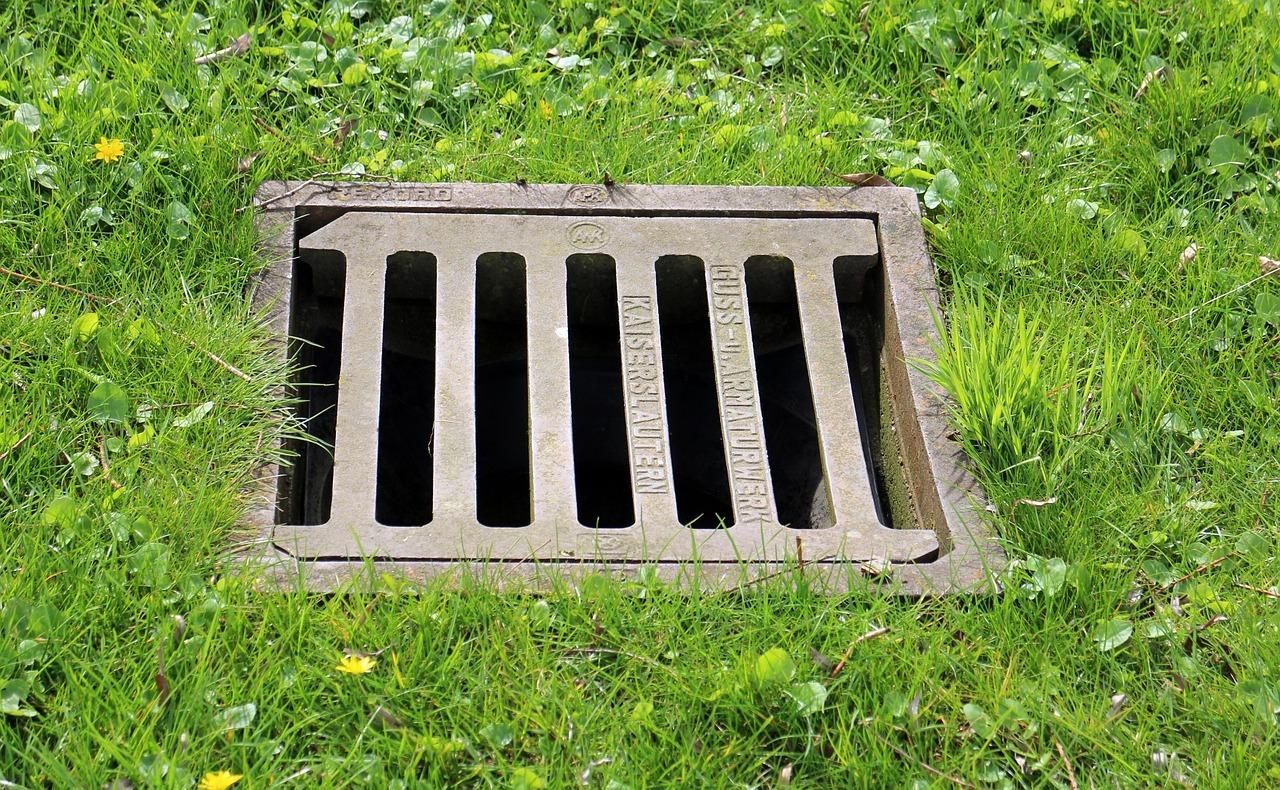 Abwassergebühren: Du zahlst dafür, dass es regnet. Schließlich muss das Wasser abtransportiert, also nicht nur Rohrleitungen gebaut und instandgehalten, sondern auch moderne Klärwerke errichtet und unterhalten werden.