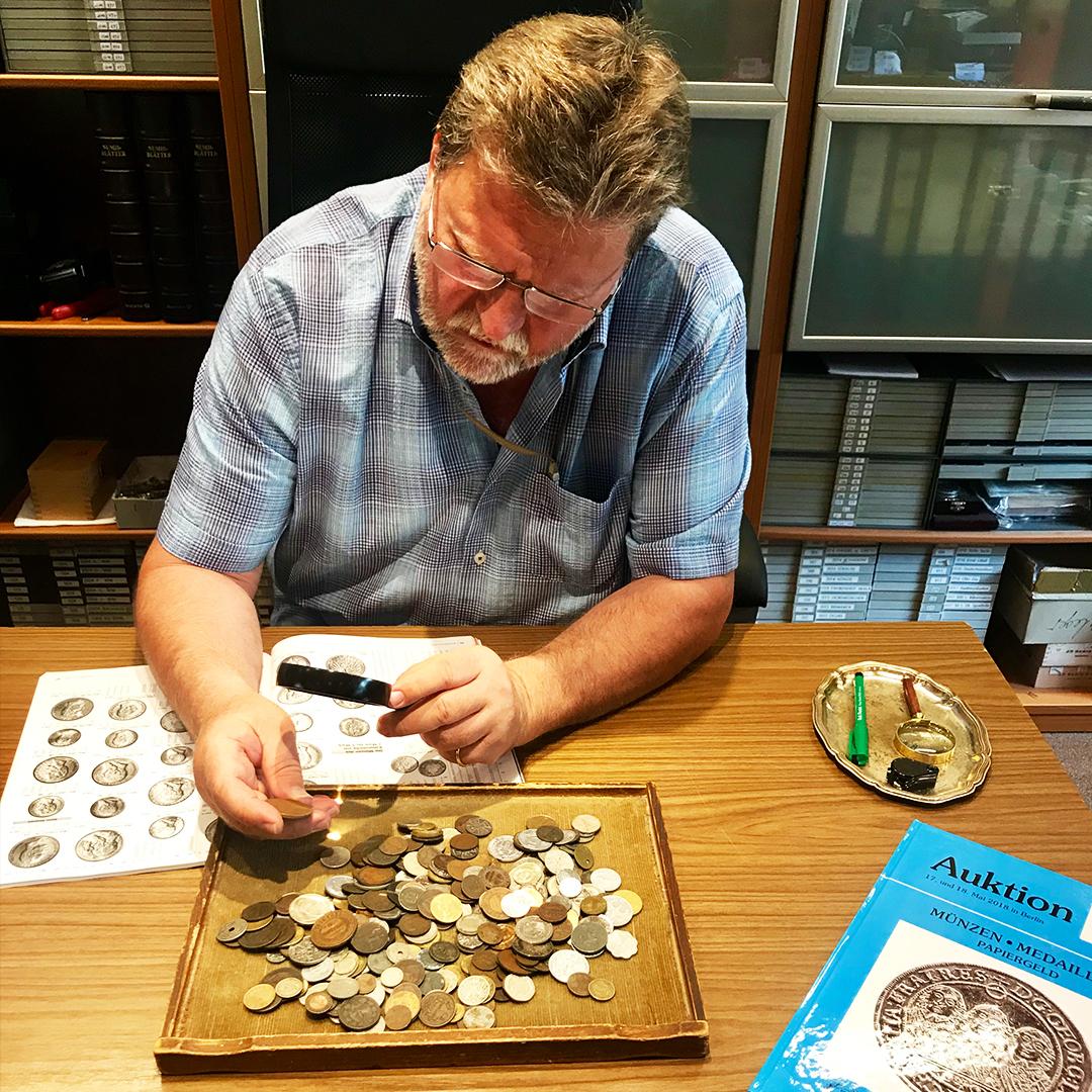 """Matthias Senger betreibt das Tempelhofer Münzenhaus in Berlin in der dritten Generation. Münzen sind """"lebendige Geschichte"""", sagt er."""