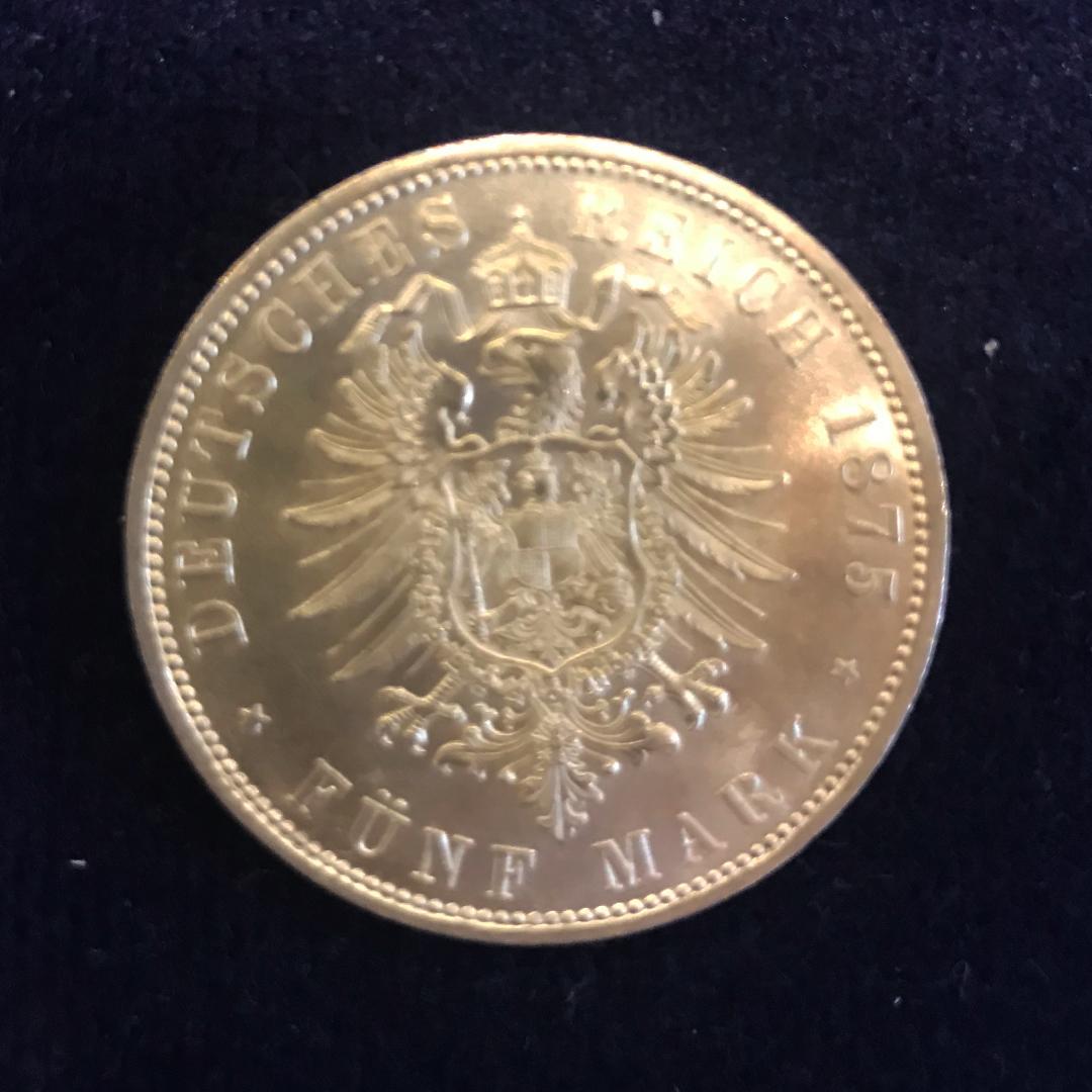 Ein besonders aufwendig gestaltetes Wappen macht diese Fünf-Mark-Silbermünze besonders begehrt. Dafür müssen Sammler derzeit 3600 Euro auf den Tisch legen.
