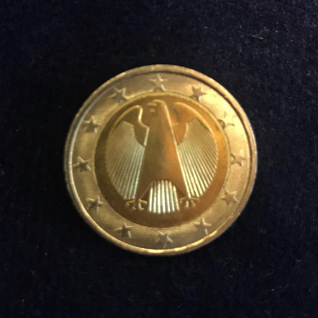 Fällt Ihnen etwas an dieser Zwei-Euro-Münze auf? Nicht? Wir verraten es Ihnen: Der Jahrgang fehlt. Wert: 3000 Euro.