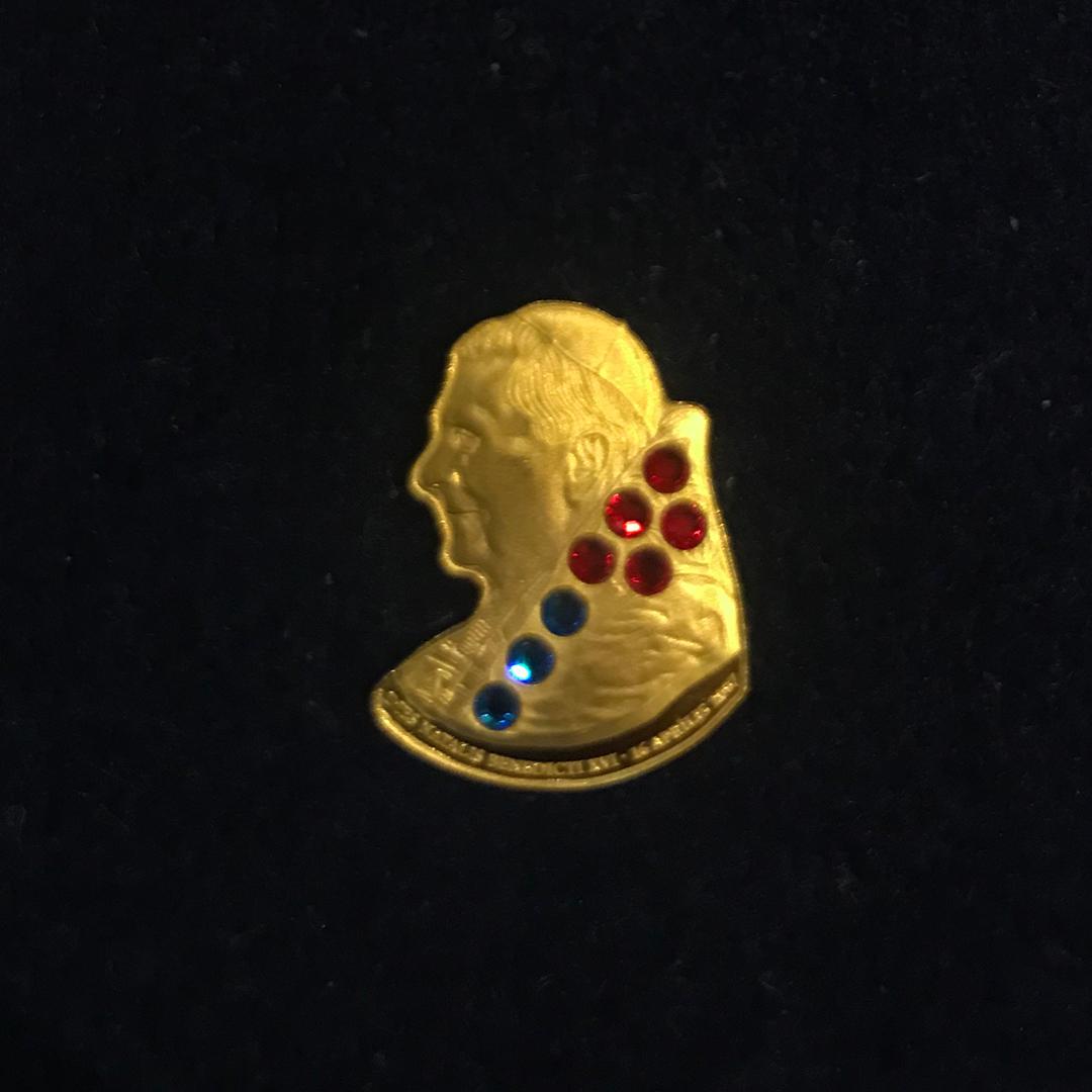 Echtes Papstgold: Diese Goldmünze von den Cook-Islands ist ein Liebhaber-Stück und mit Swarovski-Steinchen besetzt. Der Verkaufspreis liegt bei 135 Euro.