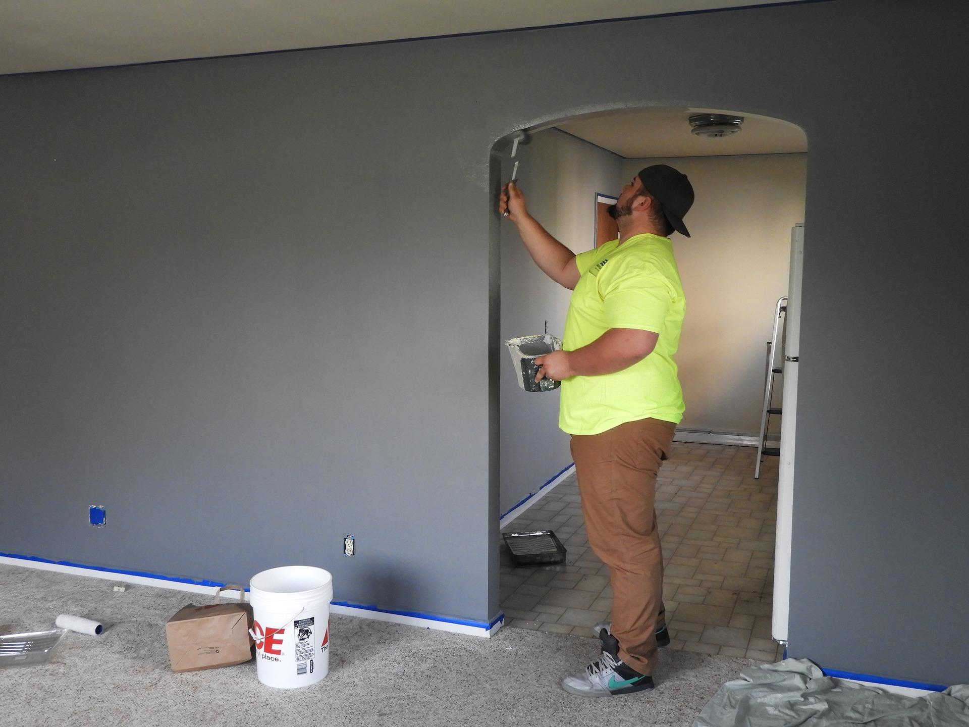 Streichen: Bei der Farbwahl der Wände gibt es keine Beschränkungen. Aufpassen aber: Manche Mietverträge enthalten eine Klausel, die besagt, dass sich die die Wohnung bei Auszug in einem farblich neutralen Zustand befinde muss. In diesem Fall müsstest du die bunte Farbe überstreichen.