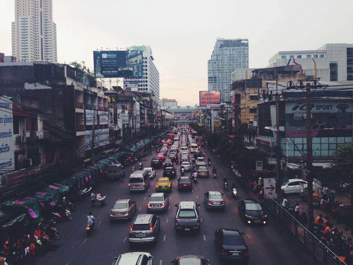 Gute Infrastruktur / verkehrsgünstige Lage: Die Umgebung ist laut, wahrscheinlich befindet sich das Objekt an einer stark befahrenen Straße.