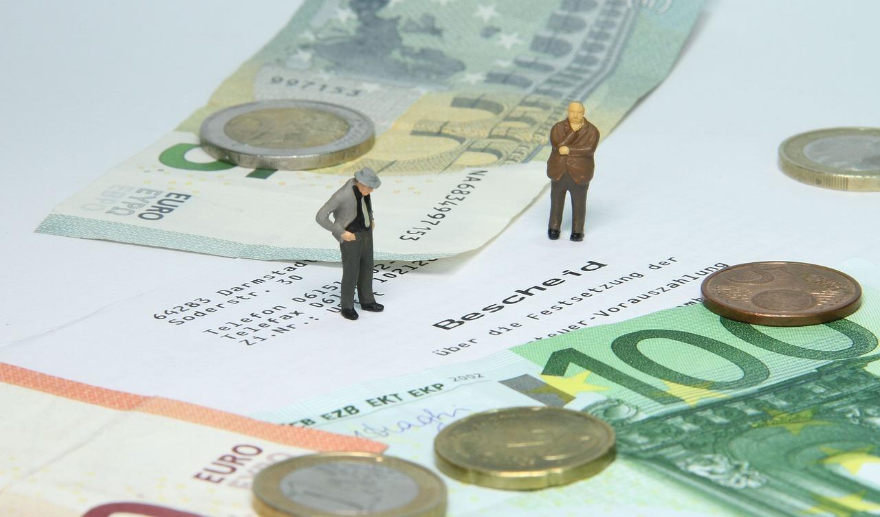 Versicherungen: Eine Gebäudeversicherung ist Pflicht. Ebenfalls nicht ganz billig. Die Hausratversicherung gilt es gegebenenfalls anzupassen.