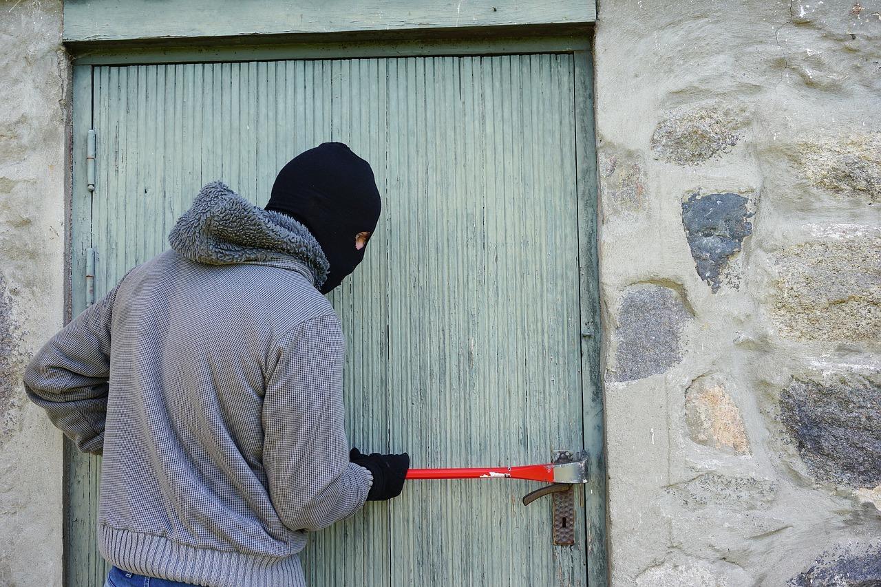 Einbruch: Gerade Einfamilienhäuser sind anfällig für Einbrüche. Schutz bieten einbruchhemmende Fenster, Rollläden, Haus-, Balkon- und Terrassentüre. Sind die nicht vorhanden, solltest du nachrüsten.