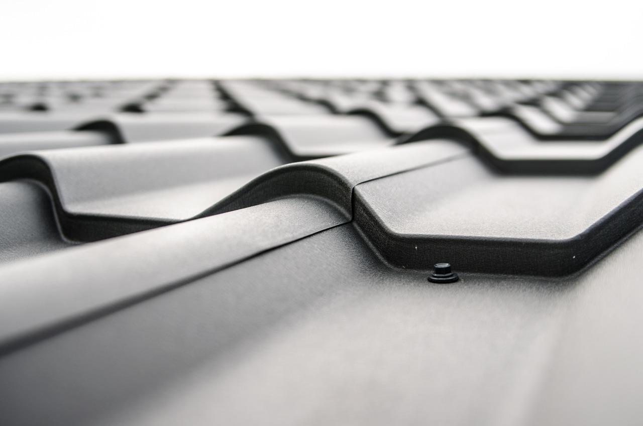 Dach: Als neuer Besitzer musst du laut ENEV das Dach dämmen, zumindest wenn der Mindestwärmeschutz nach DIN 4108-2 nicht erfüllt ist. Anschließend darf der Wärmedurchgangskoeffizient nicht über 0,24 Watt pro Quadratmeter und Grad Kelvin liegen.