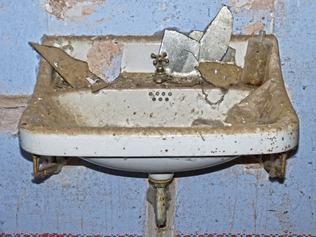 Badezimmer 1: Bei kleineren Veränderungen im Badezimmer ist keine Zustimmung des Vermieters nötig. Dazu zählen etwa der Austausch von Duschvorhang, Handtuchhalter und Toilettensitz, genau wie die Befestigung von Lampen oder Spiegeln.