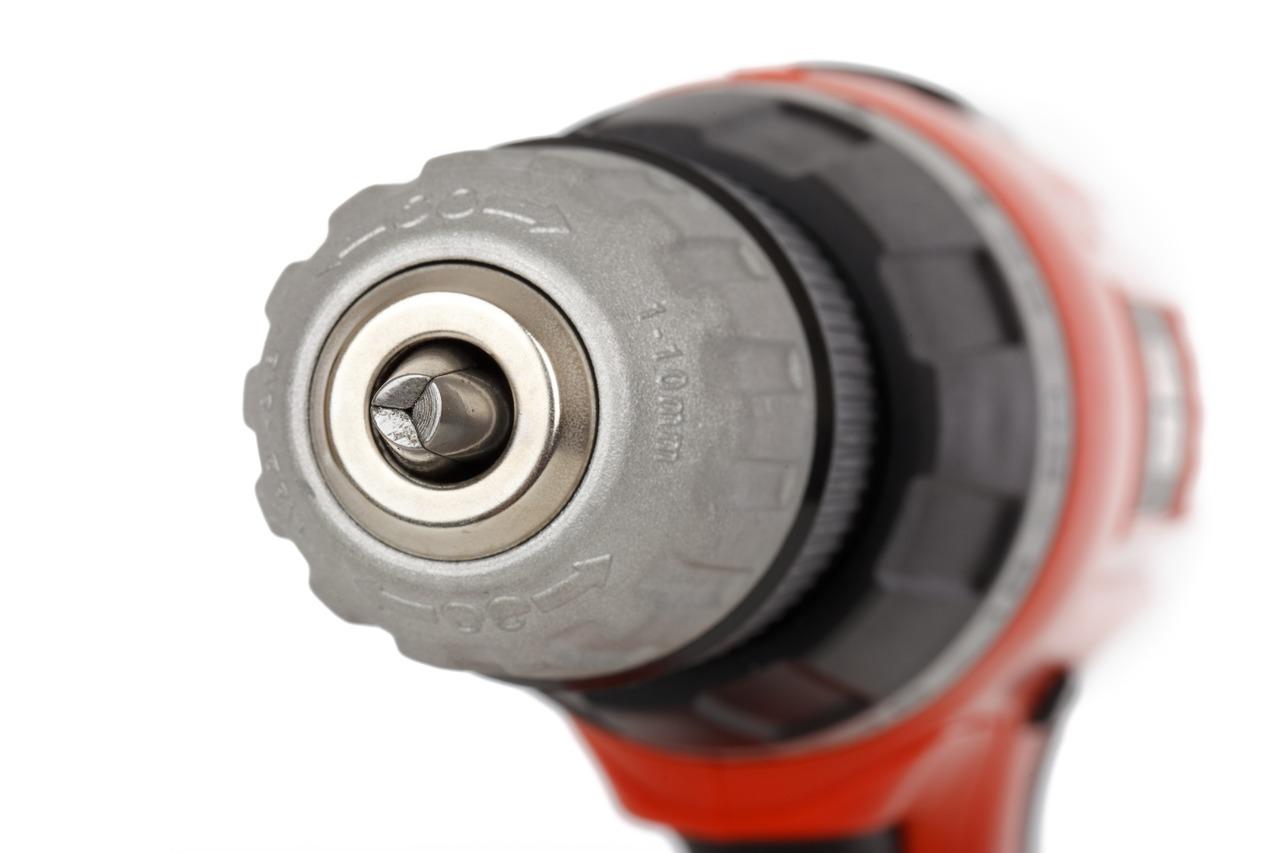 Löcher bohren: Du darfst ohne Zustimmung Löcher bohren, beispielsweise um ein Kabel durchzulegen oder Dübel zu befestigen. Beim Auszug kann der Vermieter allerdings die fachgerechte Entfernung der erzeugten Löcher verlangen.