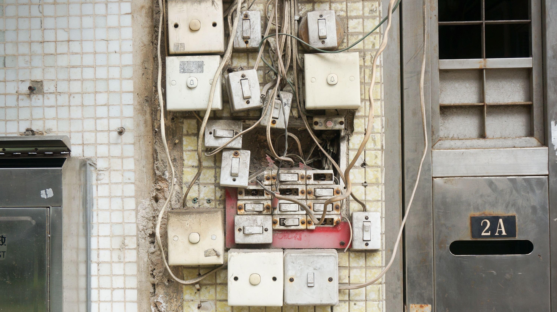Elektrik: Finger weg von der Elektrik. Das ist nicht nur gefährlich, sondern auch nicht erlaubt. Das verbietet die Niederspannungsanschlussverordnung. Wenn du einen Schaden verursachst, kann es passieren, dass die Versicherung nicht zahlt. Selbst der vermeintlich einfache Austausch von Steckdosen und Lichtschaltern oder das Anschließen einer Lampe ist verboten. Schalter darfst du hingegen austauschen, musst die alten aber aufbewahren.